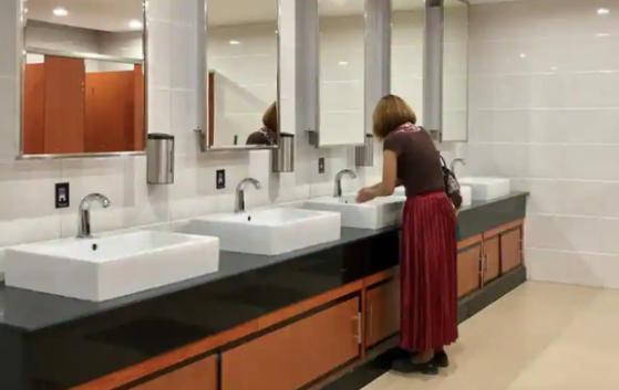 Covid-19 có thể lây lan qua bồn cầu, nhà vệ sinh công cộng