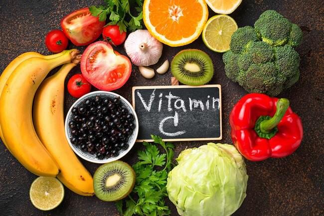 Sữa non chứa nhiều kháng thể, tỏi, quả kiwi, rau chân vịt... là những loại thực phẩm tốt nhất để tăng sức đề kháng, chống chọi với virus corona.