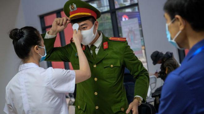 Virus corona: Anh và Việt Nam tương phản nhau về cách chống dịch